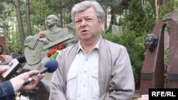 Шахматыст Віктар Купрэйчык на магіле Васіля Быкава, 2010 год