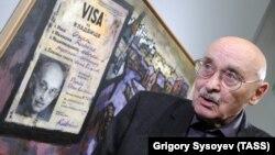 """Оскар Рабин на своей выставке """"Три жизни"""" в Третьяковской галерее"""