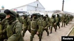 Вооруженные люди, как считается, российской армии на военной базе Перевальное недалеко от крымского города Симферополь. 14 марта 2014 года.