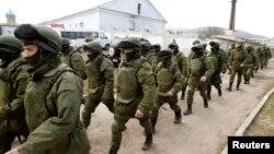 Люди в военной форме без опознавательных знаков рядом с территорией украинской воинской части в селе Перевальное недалеко от Симферополя. 14 марта 2014 года.