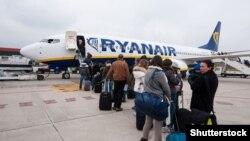 """Пасадка на самалёт кампаніі Ryanair. <a href=""""http://www.shutterstock.com/gallery-438058p1.html?cr=00&pl=edit-00"""">pio3</a> / <a href=""""http://www.shutterstock.com/?cr=00&pl=edit-00"""">Shutterstock.com</a>"""