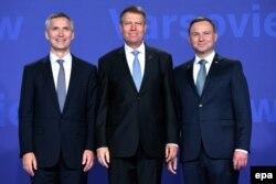 """Укрепляя """"восточный фланг"""": генеральный секретарь НАТО Йенс Стотенберг, президент Румынии Клаус Йоханнис, президент Польши Анджей Дуда (слева направо)"""