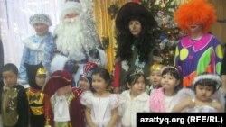 Воспитанники детского сада на новогоднем празднике. Алматы, 26 декабря 2012 года. Иллюстративное фото.