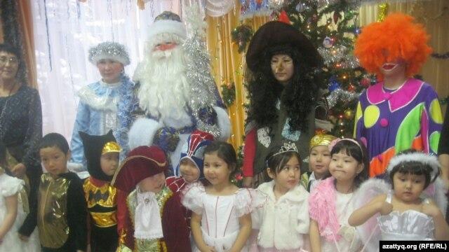 Алматы балабақшаларының біріндегі Жаңа жыл шыршасы мерекесі. (Көрнекі сурет)