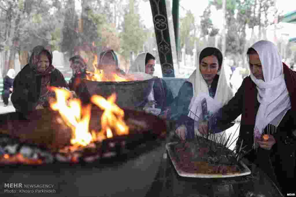 زرتشتیان ایران، پنجم دیماه در گوشه و کنار کشور در مراسم درگذشت زرتشت شرکت میکنند.