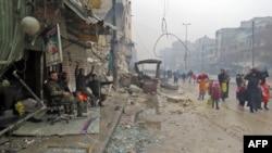 Алеппо, 13 грудня 2016 року: проурядові бійці радіють своїй перемозі в захопленому ними районі міста, мирні мешканці втікають із зони боїв у відносну безпеку в місця, де бої вже припинилися