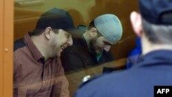 Двоє з підозрюваних у справі про вбивство Бориса Нємцова, Тамерлан Ескерханов (л) і Анзор Губашев у суді в Москві, 3 жовтня 2016 року
