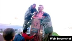 An unidentified woman was reportedly caught on CCTV pouring pink paint on the Stalin statue early on May 8.