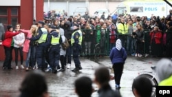 Швеция -- Полиция окуя болгон жерди курчоого алды. Трольхэтэн, 22-октябрь, 2015.