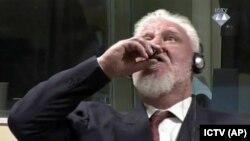 Слободан Праляк випиває отруту на засіданні суду в Гаазі, Нідерланди, 29 листопада 2017 року