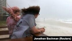 Dvoje stanovnika Alabame gleda dolazak uragana Sali
