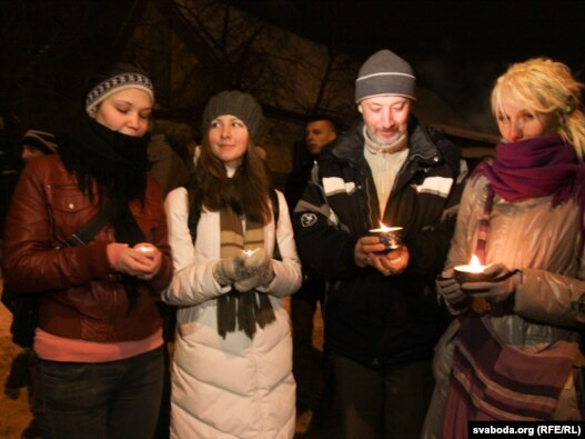 Opposition supporters held a candlelight vigil in front of Akrestsina prison in Minsk, where detained demonstrators are being held.