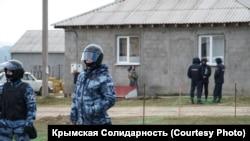 Обыски в домах крымских татар, архивное фото.