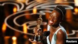 لوپیتا نئونگو، بازیگر فیلم «دوازده سال بردگی»، برنده جایزه بهترین ایفای نقش فرعی زن