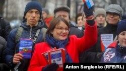 Юлия Галямина кулында Русия Конституциясе белән