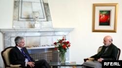 Президент Афганистана Хамид Карзай (справа) и президент Радио Свободная Европа/Радио Свобода Джеффри Гедмин в Кабуле, 6 апреля 2010 г.