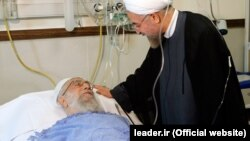 حسن روحانی در حال عیادت از علی خامنهای در بیمارستان. ۱۷ شهریور ۹۳.