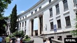 Один из тех, кто не дождался вступления в силу новшеств, стал ректор Тбилисского госуниверситета: он был первым, кто выступил против инициированных Минобразования поправок, расценив их как грубое вмешательство в автономную жизнь университетов