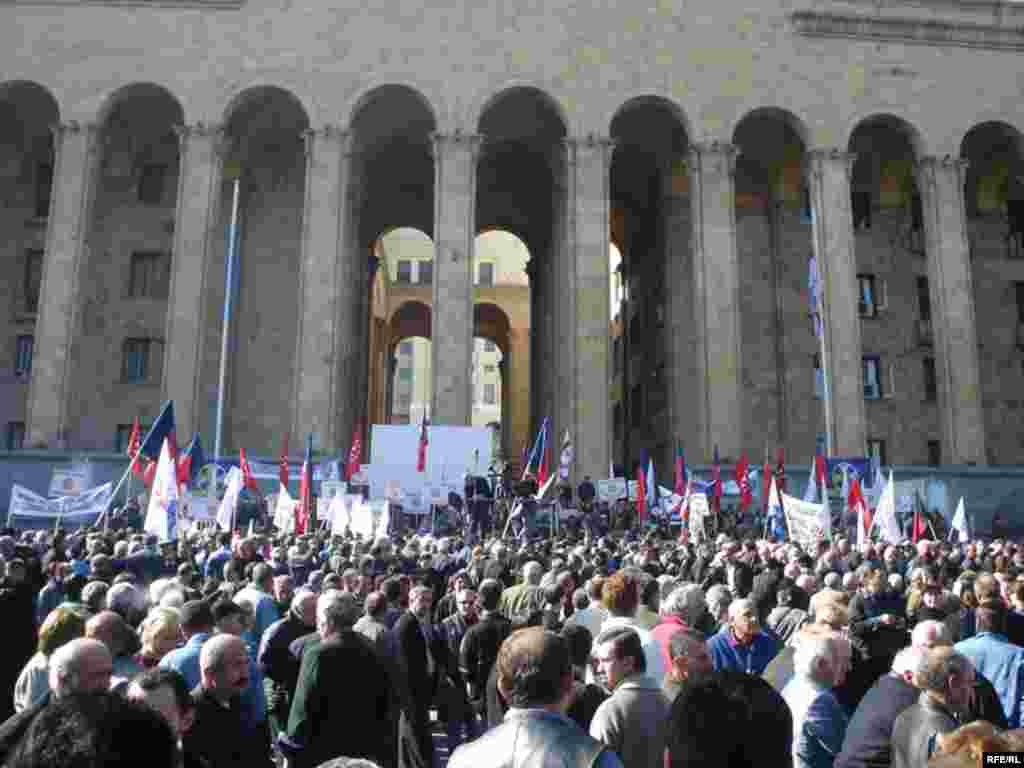 Opposition supporters gather outside the parliament building in Tbilisi on November 2, 2007. Six days of protests ended with a state of emergency in the country and the suspension of radio and television broadcasts for several media outlets. (RFE/RL photo)