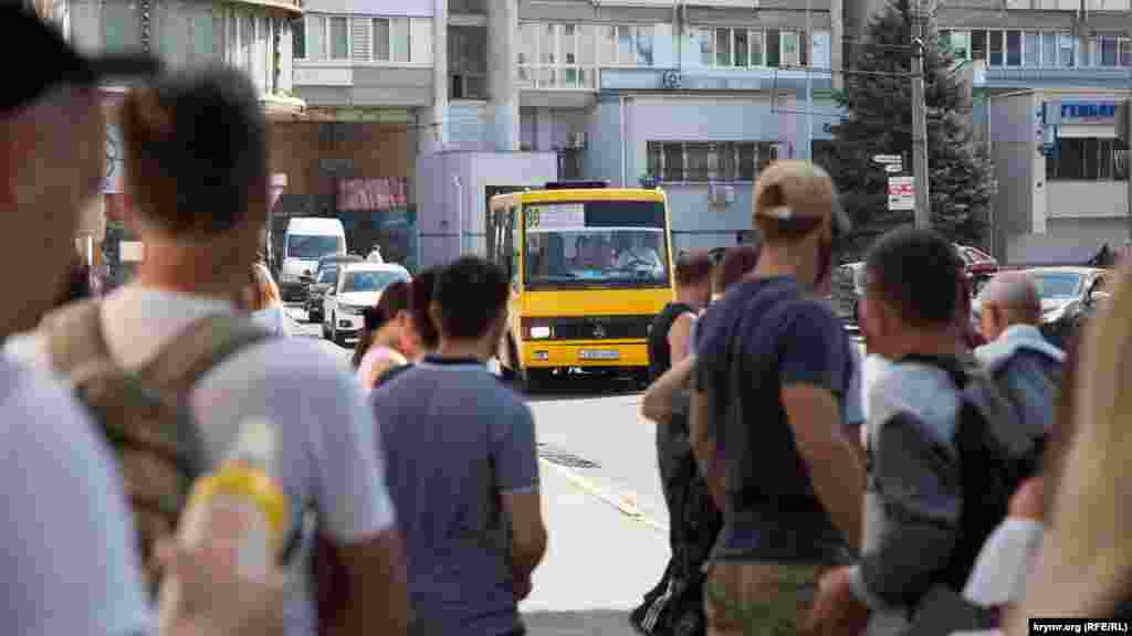 Симферопольцы ждут маршрутку