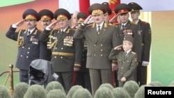 Беларус президенти Александр Лукашенка уулу менен парад маалында. 03.7.11.