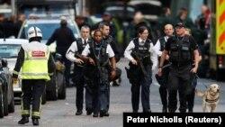 Британські поліцейські в районі «Боро Маркет» у Лондоні, де нападники атакували людей у ресторанах, 4 червня 2017 року