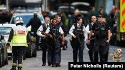 Лондонда шабуыл болған маңда жүрген полиция қызметкерлері. 4 маусым 2017 жыл.