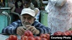 На самом деле уличную торговлю в Тбилиси запретили еще три года назад. Есть строго отведенные места, где люди могут продавать свой товар