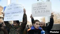 Акция протеста у здания российского посольства в Ереване после убийства армянской семьи в Гюмри. 15 января 2015 года.