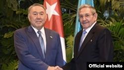 Президент Казахстана Нурсултан Назарбаев (слева) и глава Кубы Рауль Кастро. Гавана, 2 апреля 2016 года.