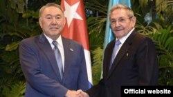 Қазақстан президенті Нұрсұлтан Назарбаев (сол жақта) және Куба президенті Рауль Кастро. Гавана, 2 сәуір 2016 жыл.