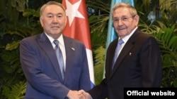 Президент Казахстана Нурсултан Назарбаев и президент Кубы Рауль Кастро. Гавана, 2 апреля 2016 года.