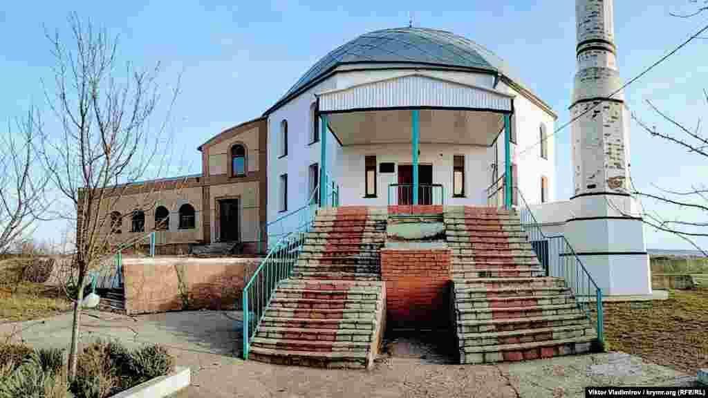Главное культовое учреждение села Трехпрудное – мечеть Терек Эли. Площадь здания составляет около 400 квадратных метров