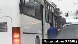 Алматы көшесіндегі жолаушылар автобусы. (Көрнекі сурет)