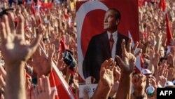 پوستری آتاتورک در میان تظاهرکنندگان