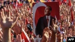 Туркияда ҳарбий тўнтаришга қарши ўтказилган митинглардан биридан лавҳа, Истанбул, 2016 йил 24 июли.