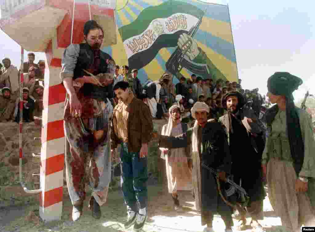 Fostul președinte al Afganistanului, susținut de forțele sovietice, Mohammed Najibullah (stânga) și fratele său au fost spânzurați după ce au fost prinși și uciși în interiorul unei baze ONU din Kabul în septembrie 1996. Expunerea cadavrelor a fost primul act public al talibanilor după ce au preluat puterea în capitală.