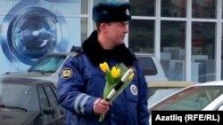 Уфа урамында полиция хезмәткәре чәчәк тарата