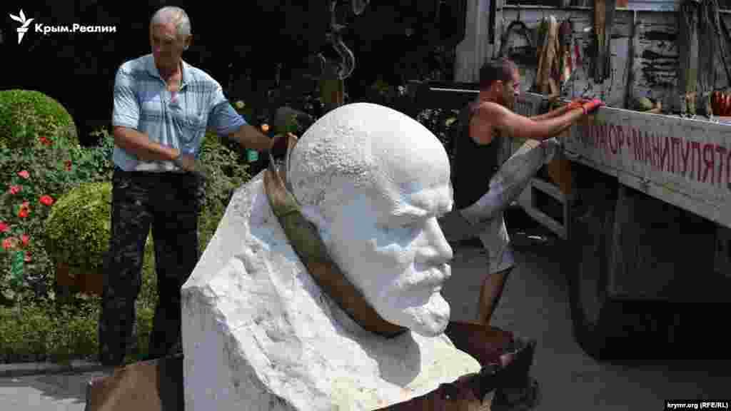 На місце Флори встановили бюст Леніна, який стояв на постаменті до 2012 року.