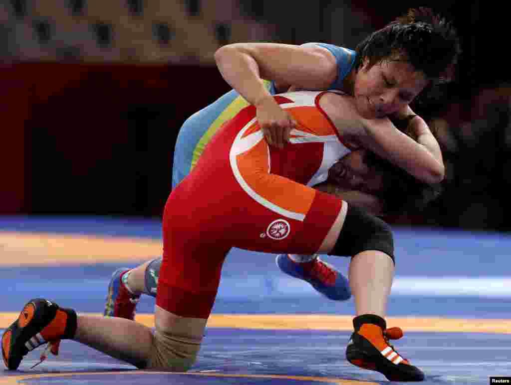 Жұлдыз Ешімова финалда солтүстік кореялық балуанПак Йонг Мимен кездесіп жатқан сәт. Бұл кездесуде Пак уақытынан бұрын жеңіске жетті. Ешімова 2011 жылы әлем чемпионатының финалына шығып, жеңілген. Азия чемпионатында бір рет (2007), үш рет күміс (2008, 2009, 2010) және бір рет қола алды.