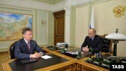 Владимир Путин (справа) и министр транспорта Максим Соколов (архивное фото)