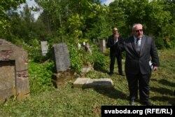 Ізраільскі дыплямат каля мяжы гістарычнай часткі габрэйскіх могілак. У гушчар ён і магілёўскія чыноўнікі не пайшлі