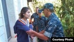 Гүлнара Каримованын үй камакта экени эки жылдан бери эле айтылып келет. 2014-жылдын 16-сентябрында делген тартылган сүрөт.