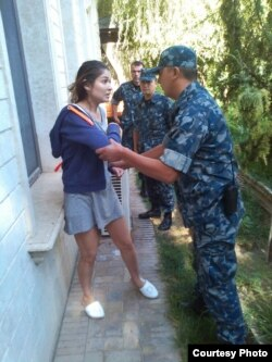 A photo that appeared in 2014 that apparently shows Gulnara Karimova being manhandled by security personnel while under house arrest.