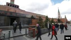 Сайёҳон дар атрофи мавзолейи Ленин