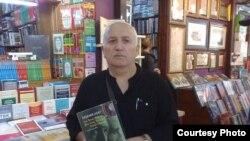 Tapdıq Yolçu kitab mağazasında.