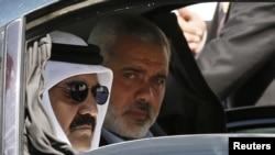 Gazanyň premýer-ministri Ismail Haniyah (sagda) we Kataryň emiri şeýh Hamad bin Halifa al-Thani (çepde), Gaza zolagy, 23-nji oktýabr, 2012.