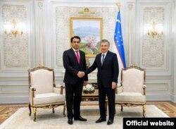 Рустам Эмомали (слева) и президент Узбекистана Шавкат Мирзиёев. В Узбекистане первый транзит власти прошел в 2016 году после смерти Ислама Каримова