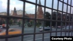 Gözenegiň aňyrsyndan Kremliň görnüşi