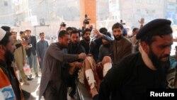 Zdravstveni radnici prebacuju povrijeđenog sa mjesta napada